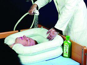 Aufblasbares Kopfwaschbecken mit Nackenausschnitt